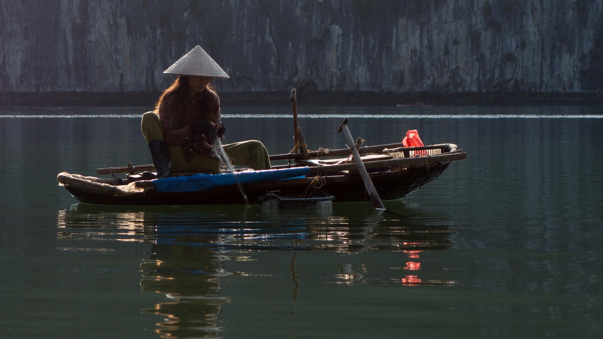 Fiskande kvinna